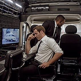 Interior de la oficina de la van ProMaster con dos trabajadores
